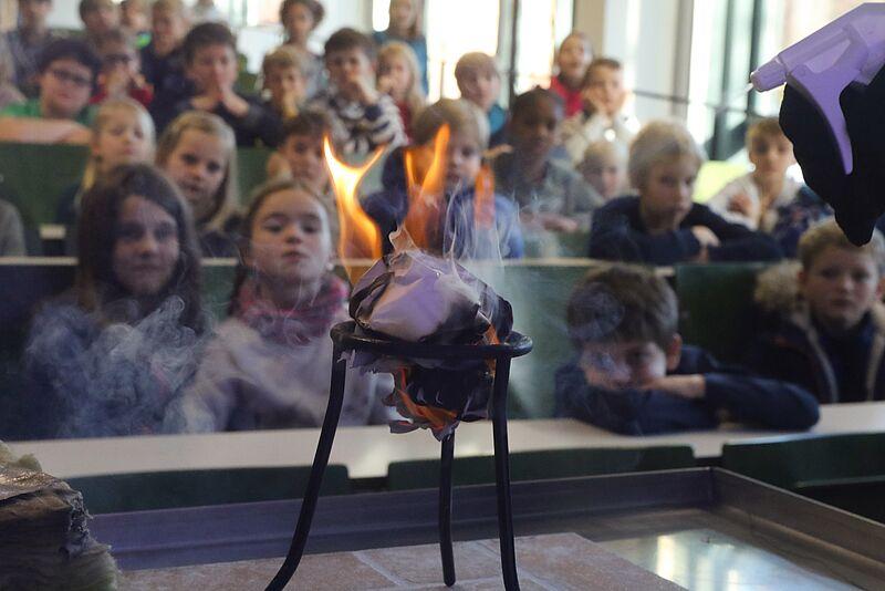 Grundschüler_innen entdecken an der Jade HS wie Brandschutz funktioniert